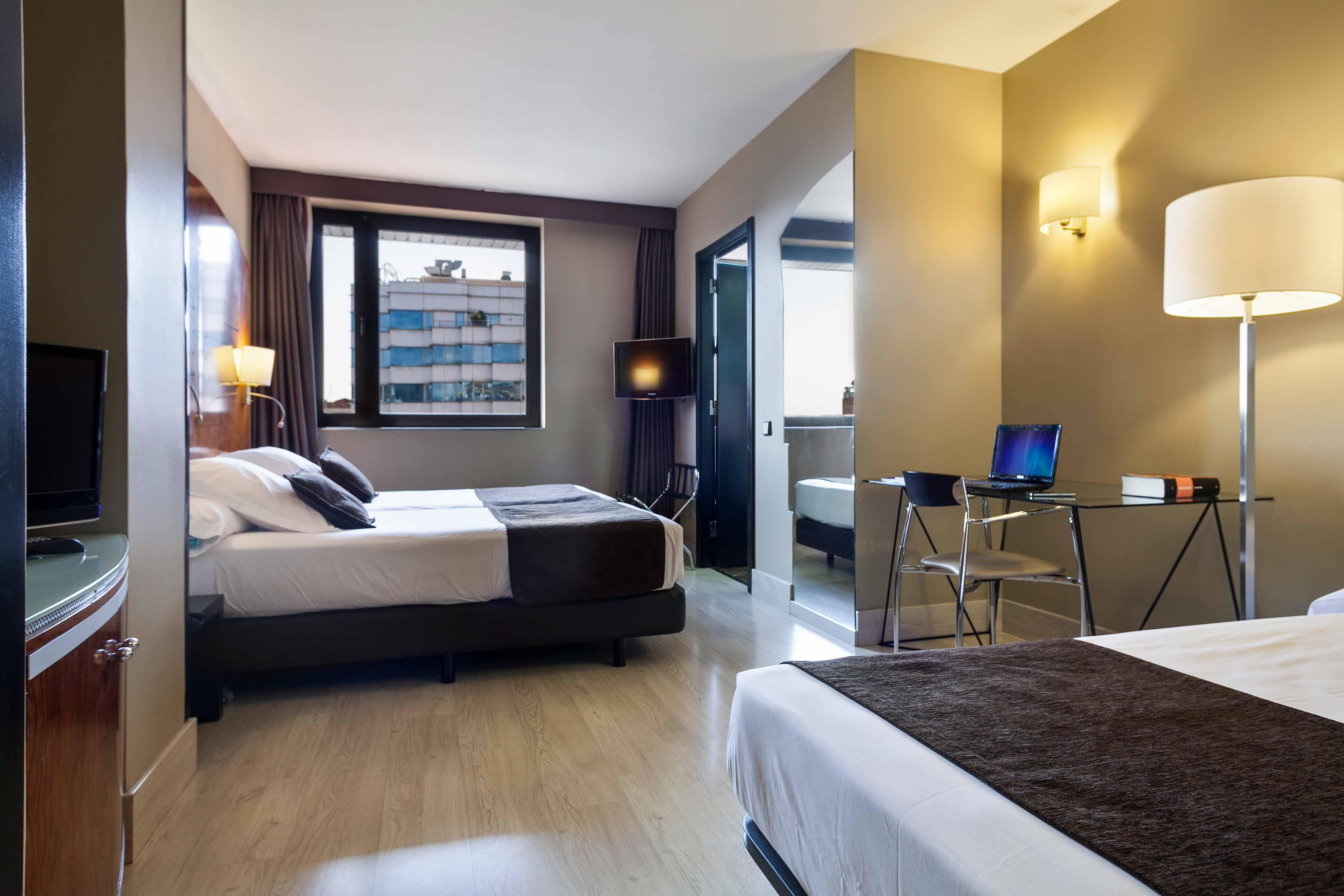 Una habitacion de hotel una silla y una gorda para follar gui00351 - 3 8